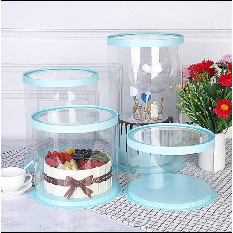 Un pastel redondo, transparente y azul